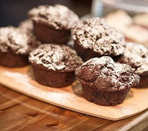 choc-muffins-on-platter-400w
